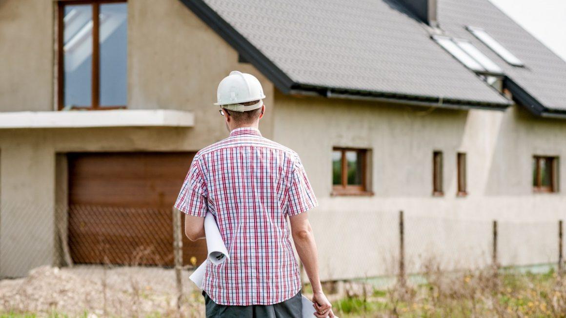 budowlaniec na tle domu