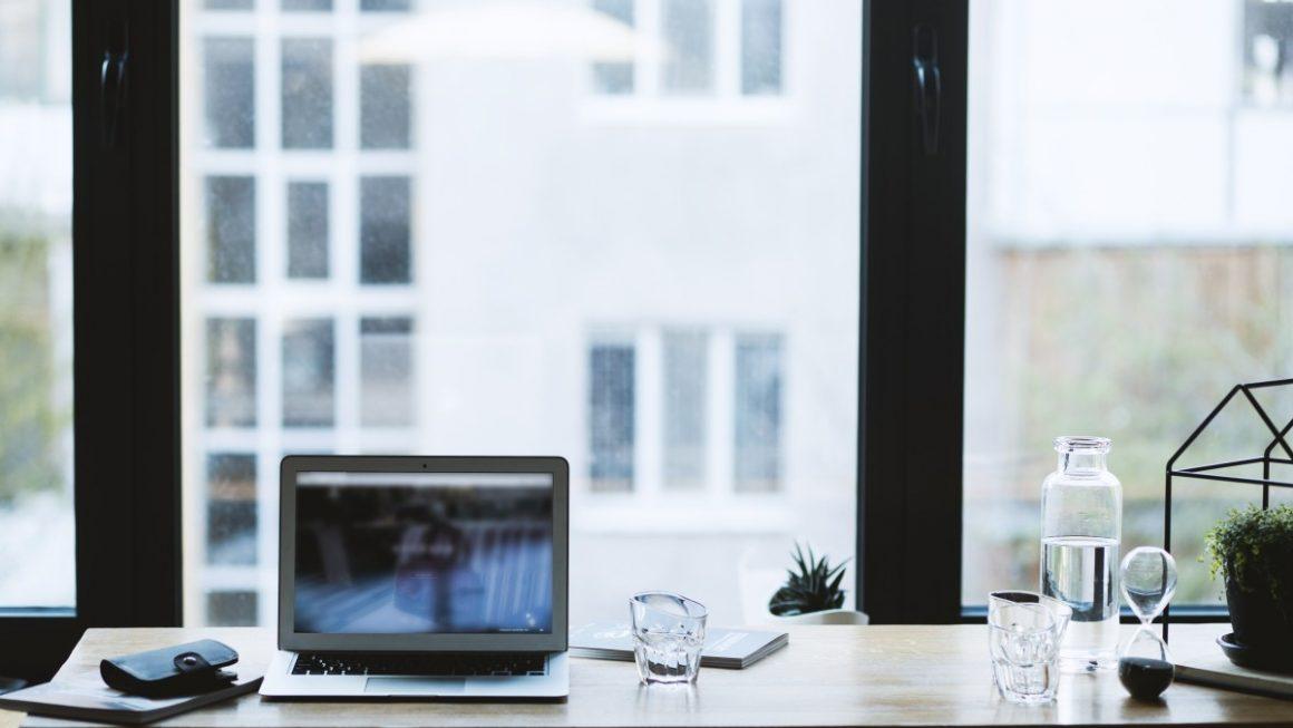 okno i stanowisko pracy